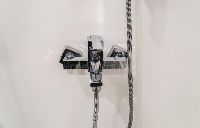 Robinet de luxe dans la salle de bains d'hôtel pour la douche image stock