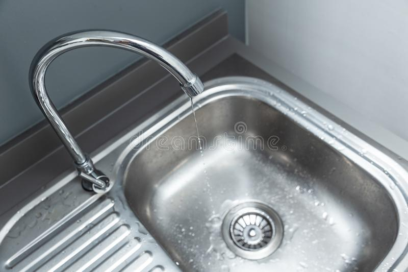 Robinet de portée de robinet d'eau long avec la fuite de baisse de l'eau image stock