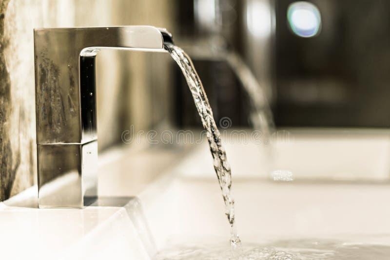 Robinet de salle de bains dans la salle de bains moderne photographie stock