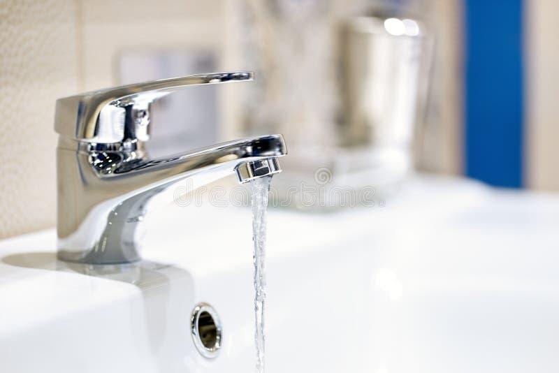 Robinet et écoulement d'eau images stock