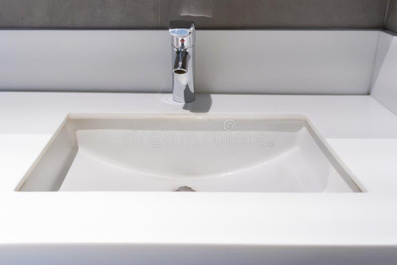 robinet moderne avec lavabo lavabo comptoir salle de bains intérieur photos stock