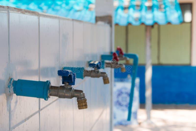 Robinet pour arroser l'eau de H2o du robinet image libre de droits