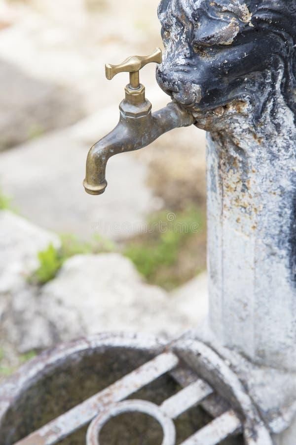 Robinet rouillé de vieux fer fermé, sans écoulement de l'eau photographie stock libre de droits