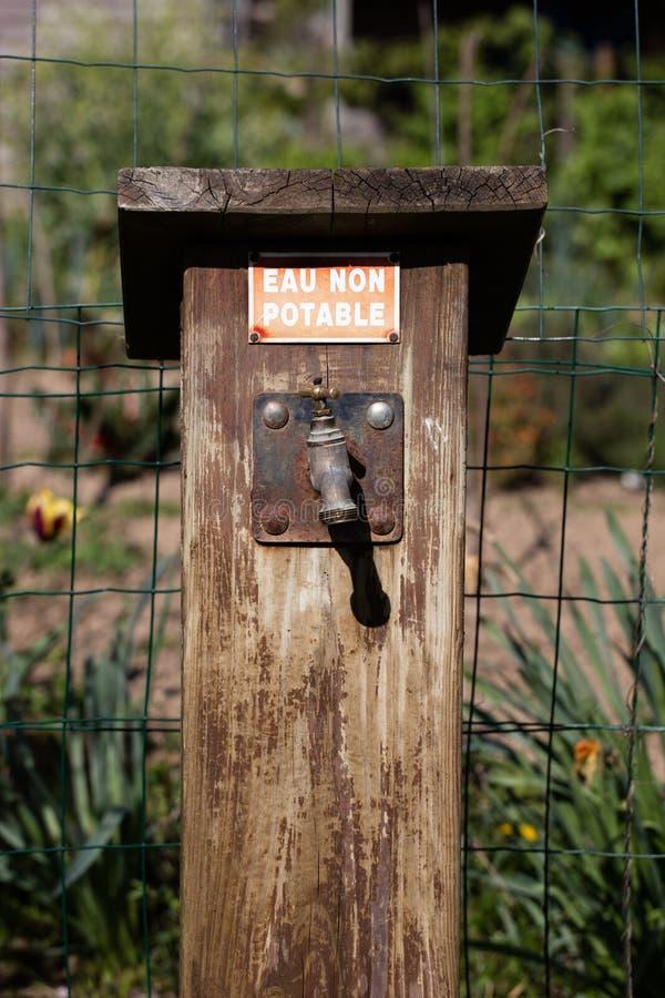 Robinet rouillé extérieur démodé pour l'eau non potable image stock