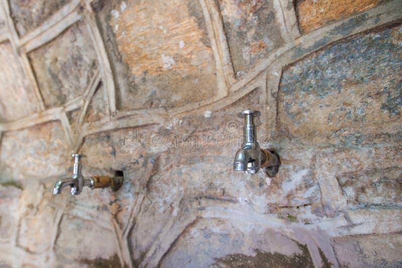 Robinets d'eau du mur, eau potable dehors images libres de droits