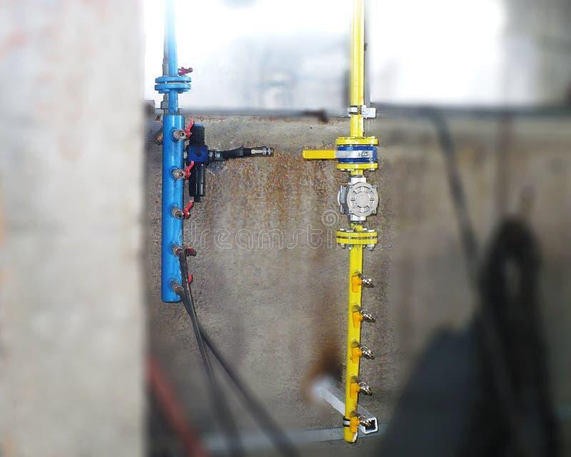 Robinets d'isolement pour le gaz et l'oxygène Unité fonctionnante pour le gaz et le boeuf photos stock