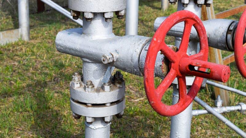 Robinets d'isolement sur l'équipement débordant de puits à haute pression pétrole image libre de droits