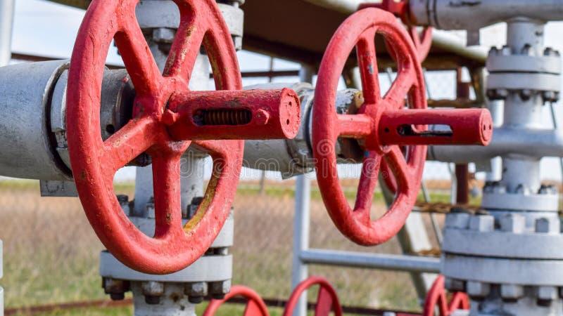 Robinets d'isolement sur l'équipement débordant de puits à haute pression pétrole image stock