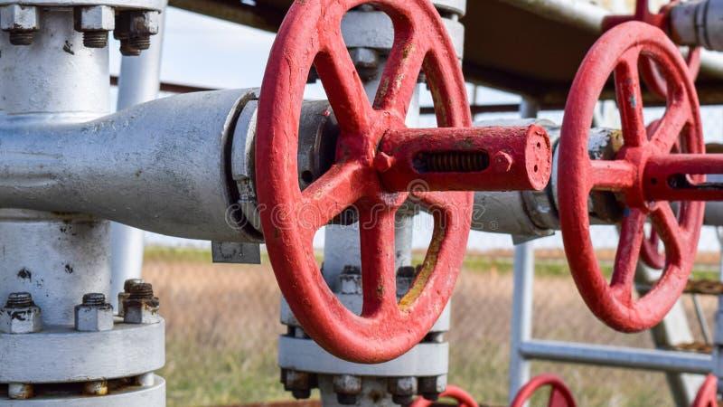 Robinets d'isolement sur l'équipement débordant de puits à haute pression pétrole photos libres de droits