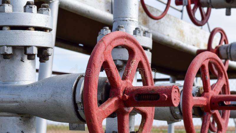 Robinets d'isolement sur l'équipement débordant de puits à haute pression pétrole photo stock