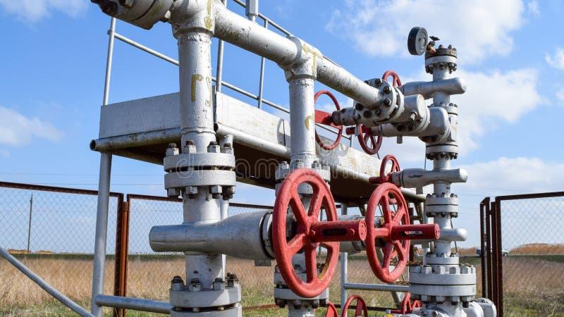 Robinets d'isolement sur l'équipement débordant de puits à haute pression pétrole images libres de droits