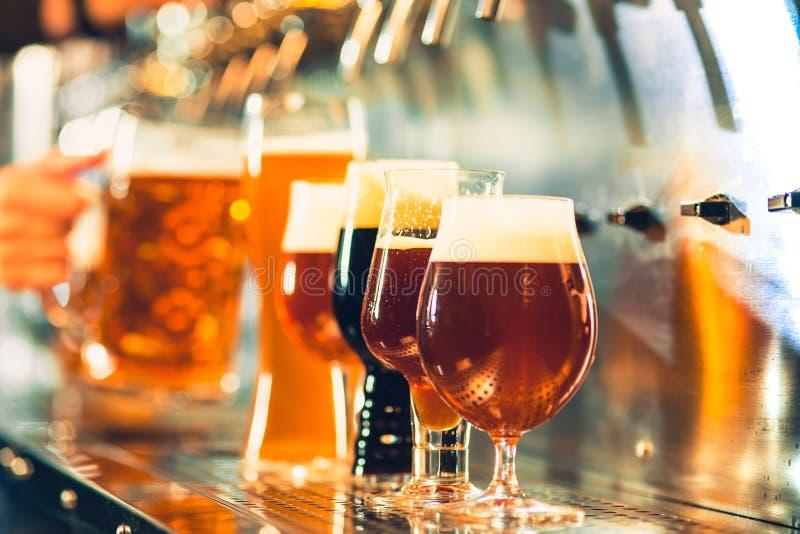Robinets de bière dans un bar images libres de droits