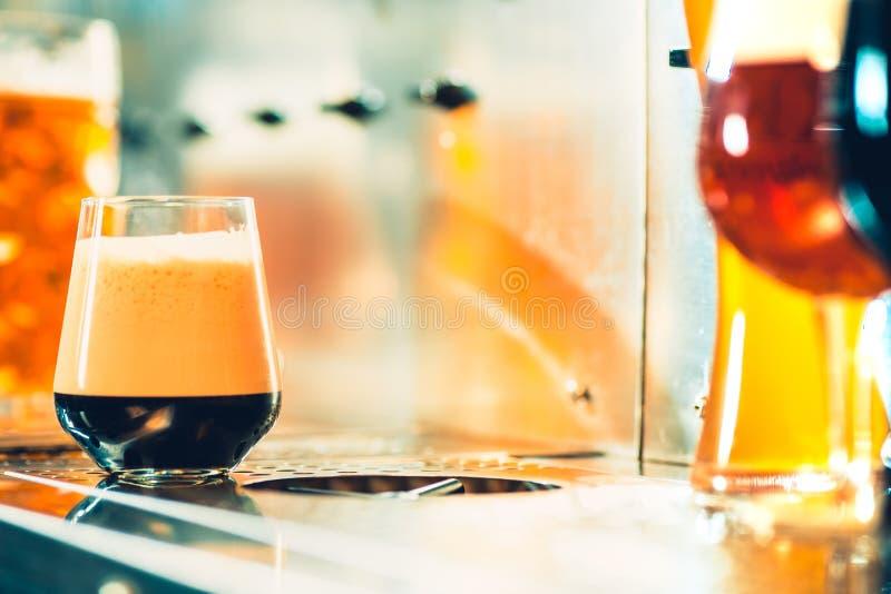 Robinets de bière dans un bar photographie stock libre de droits
