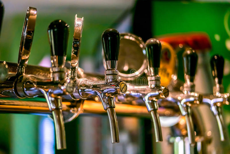 Robinets de bière dans un bar photos libres de droits