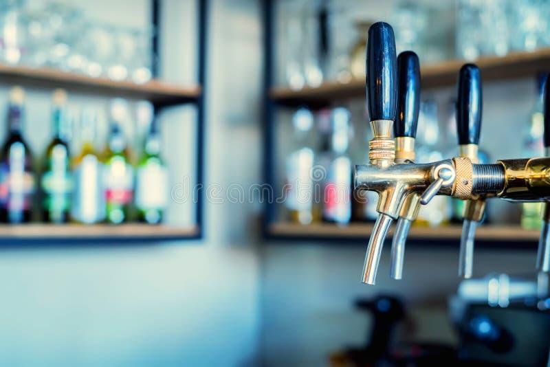 Robinets de bière de Chrome dans la barre moderne photographie stock libre de droits