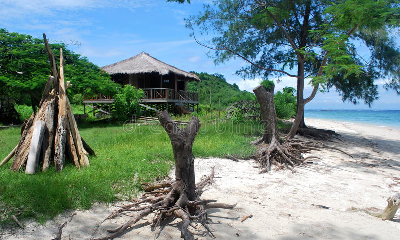 Robinson Crusoe et x27 ; pavillon de s à la plage image libre de droits