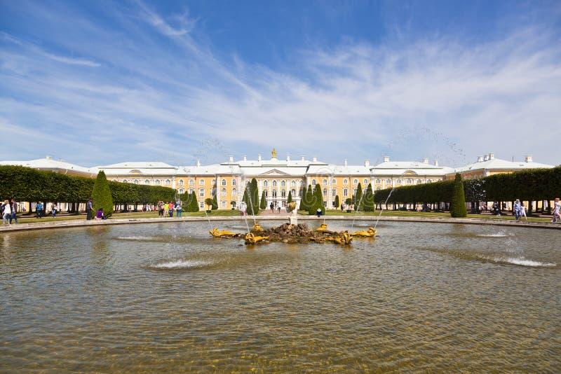Roble de la fuente en el jardín superior de Peterhof delante del gran palacio de Peterhof, Petergof, imagenes de archivo