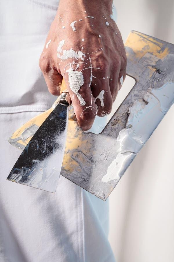 Robociarz ręki mienia kitu nóż z tynkiem zdjęcia royalty free