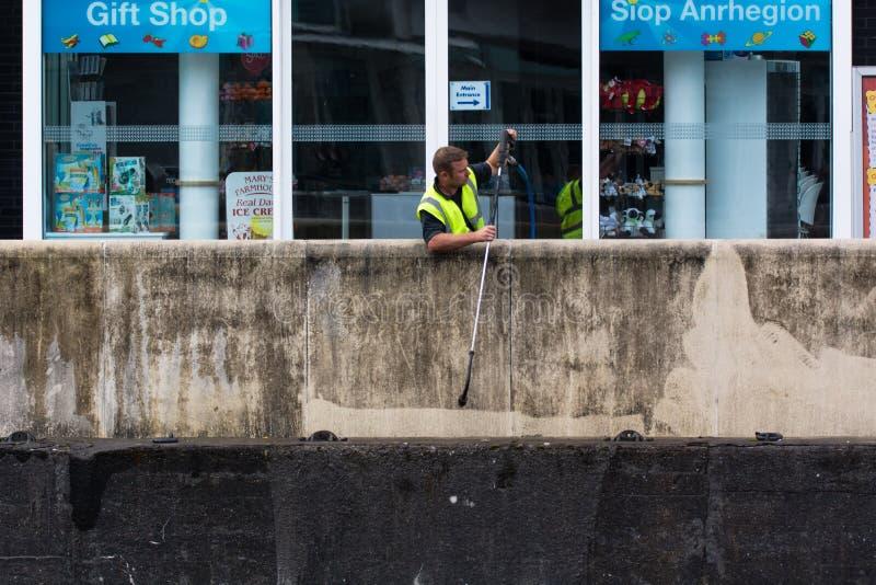 Robociarz używa naciska strumienia czyścić ścianę obraz royalty free