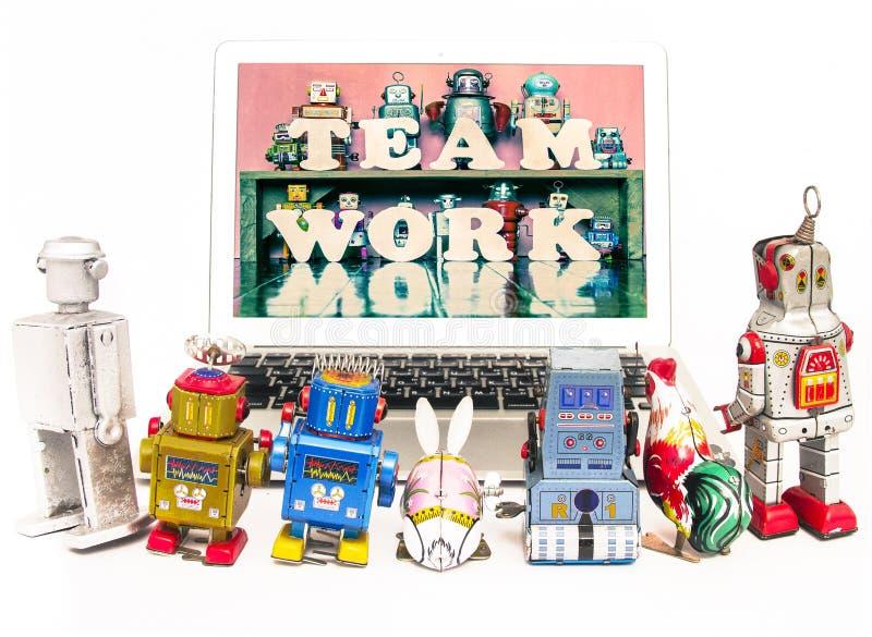 Robotów dzieciaki uczą się o drużynowej pracie obraz royalty free
