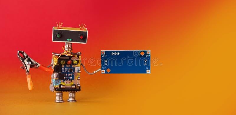 Robot amistoso de la manitas, alicates y placa de circuito en blanco para el texto Fondo del rojo anaranjado, espacio de la copia imagen de archivo