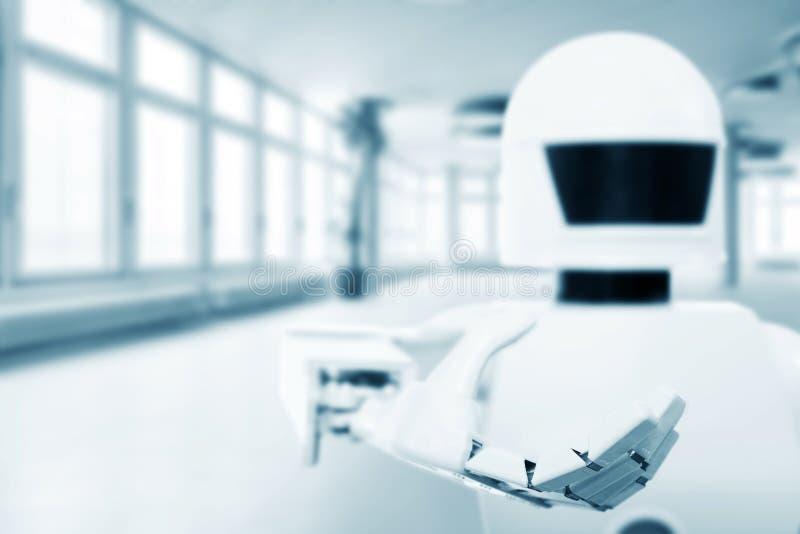 Robot autónomo del servicio delante de un cuarto vacío foto de archivo libre de regalías