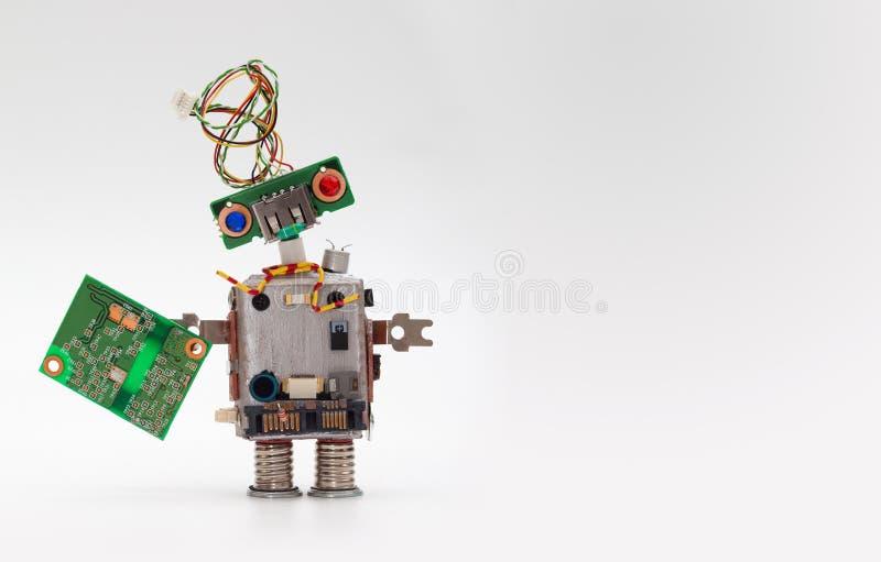Robot avec le panneau de puce Les accessoires informatiques jouent le mécanisme, tête drôle, coiffure de fil électrique, yeux col photographie stock libre de droits