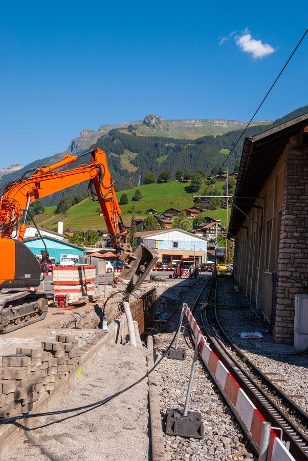 Robot budowlany przy stacją kolejową Grindelwald Grund lokalizować w Bernese Oberland regionie Szwajcaria zdjęcia stock
