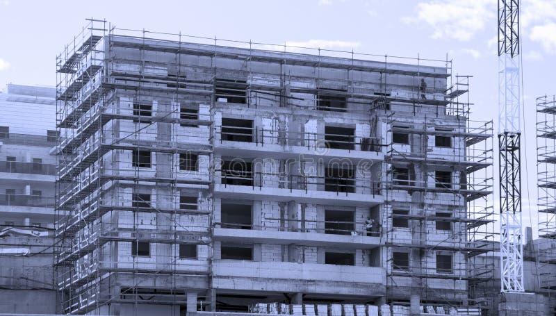 Robot budowlany wysoki budynek mieszkalny zdjęcia stock