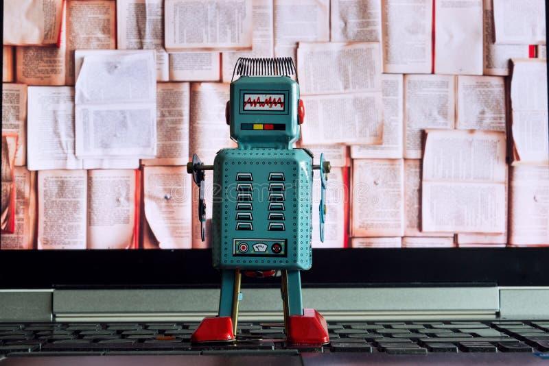 Robot che esamina lo schermo con i libri aperti, intelligenza artificiale, grandi dati del computer portatile ed in profondità im fotografie stock