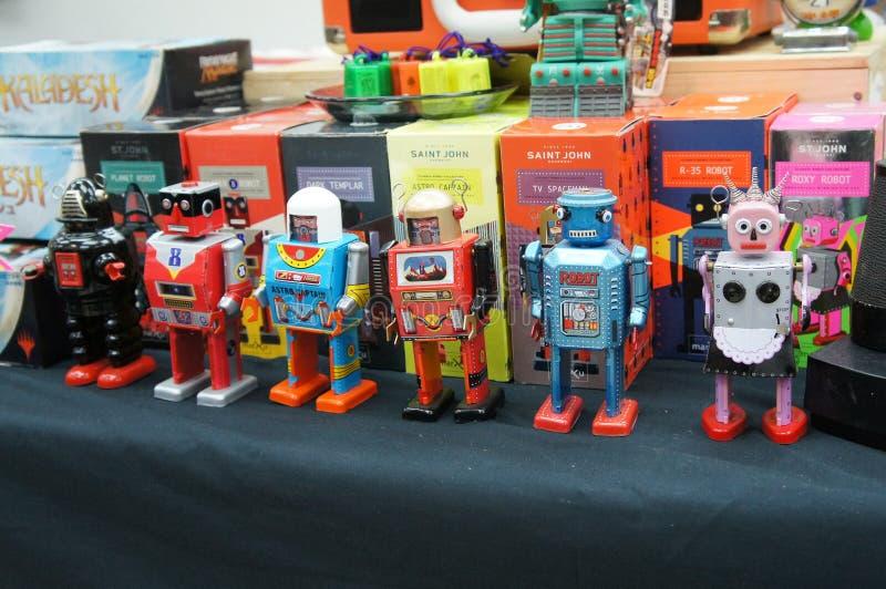 Robot classico del giocattolo Fatto di latta Diventa allora una collezione di bambini immagine stock