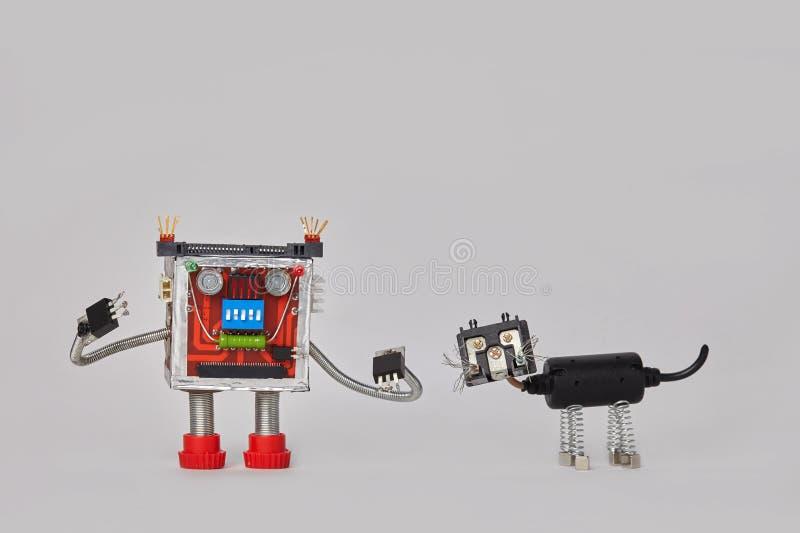 Robot coloré et caractère machanical de chat noir Jouets électriques drôles de composants sur le fond gris Copiez l'espace image stock