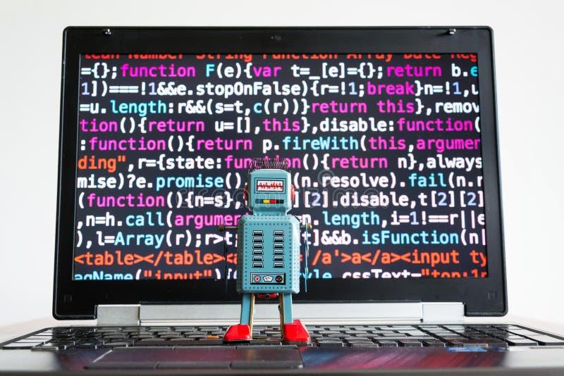 Robot con la pantalla del código fuente, inteligencia artificial, concepto de aprendizaje profundo imagenes de archivo