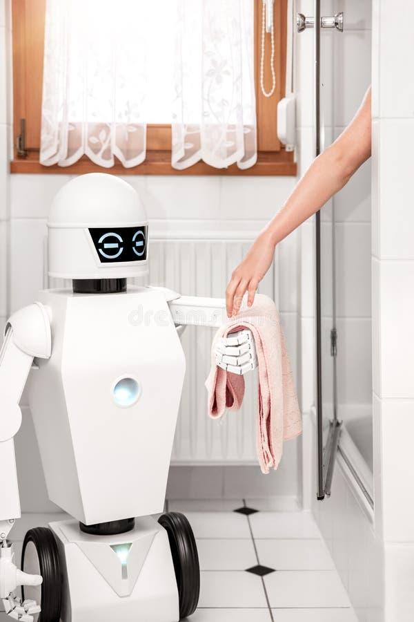 Robot daje ręcznikowi kobiety zdjęcia stock