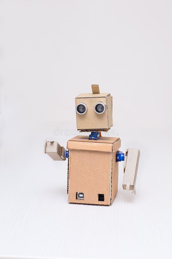 Robot de carton sur le fond blanc à la maison photographie stock libre de droits