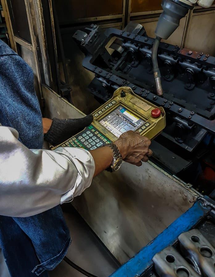 Robot de enseñanza en fábrica fotografía de archivo libre de regalías