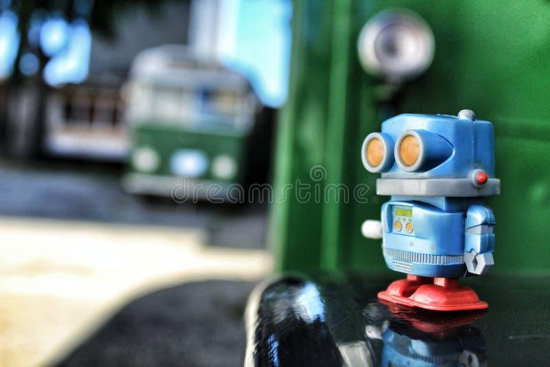 Robot de jouet sur la vieille école d'autobus photographie stock libre de droits