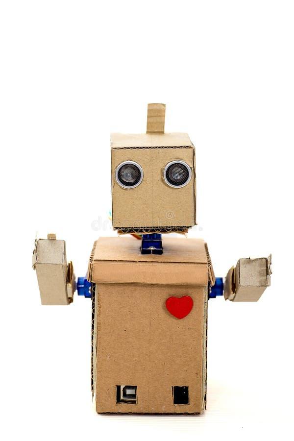Robot de la cartulina con un corazón rojo fotos de archivo libres de regalías