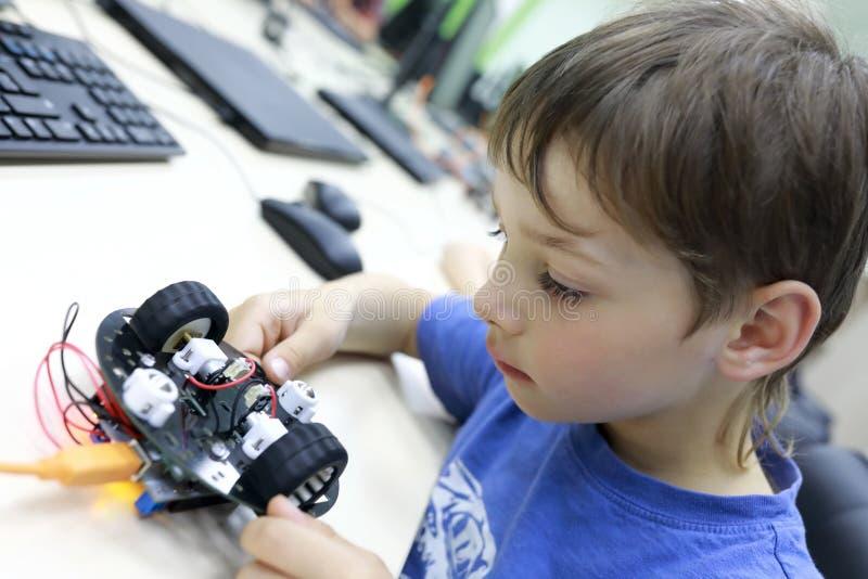 Robot de programación del niño fotografía de archivo