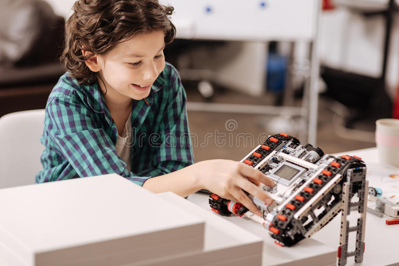 Robot de programación elegante del niño en el estudio foto de archivo