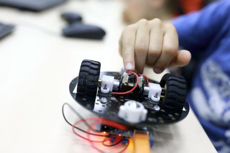 Robot de programación de la persona imagen de archivo libre de regalías