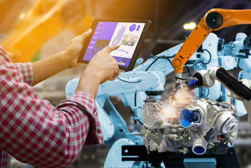 Robot del control de la pantalla táctil del ingeniero el la producción de robots de la industria fabril del motor de las piezas d imagen de archivo libre de regalías