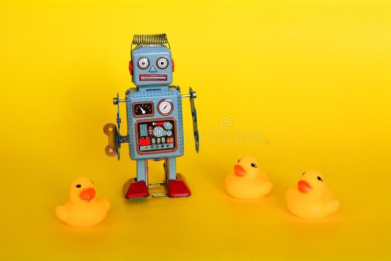 Robot del juguete de la lata del vintage y peque?os anadones aislados fotos de archivo libres de regalías