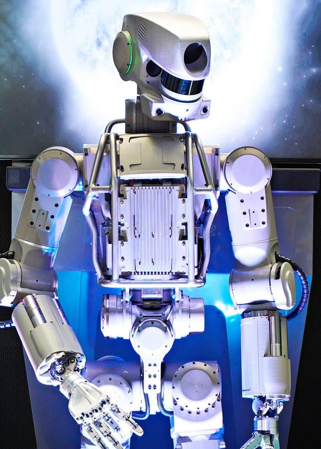 Robot del metallo sul fondo dello spazio fotografia stock libera da diritti