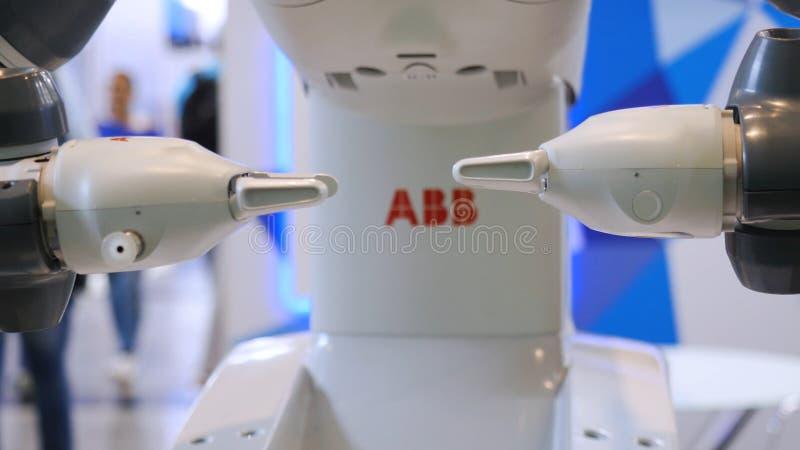 Robot demonstruje swój potencjały ?rodki W górę robot ręk, który robi powikłanych wirowych ruchy obrazy stock