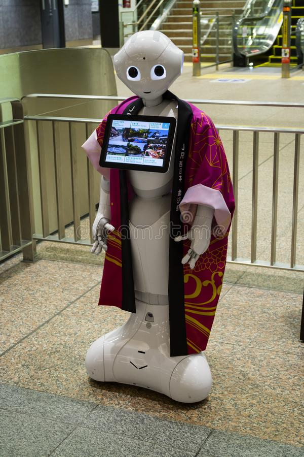 Robot di informazioni all'entrata di un'agenzia di viaggi a Kanazawa immagini stock libere da diritti