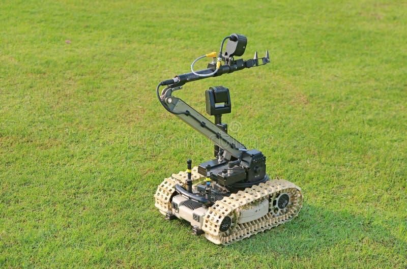 Robot di rilevazione e di disposizione della bomba sul campo di erba verde immagine stock libera da diritti