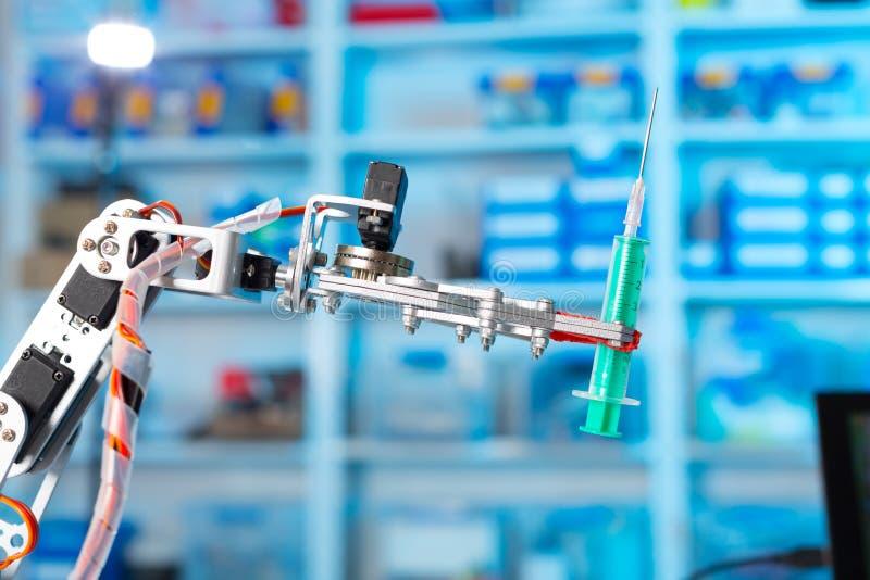 Robot die een medische spuit houden royalty-vrije stock afbeeldingen