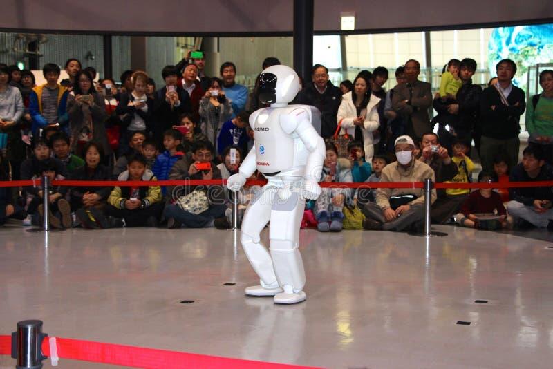 Robot die rond het doen van een Manifestatie bij museum lopen stock foto