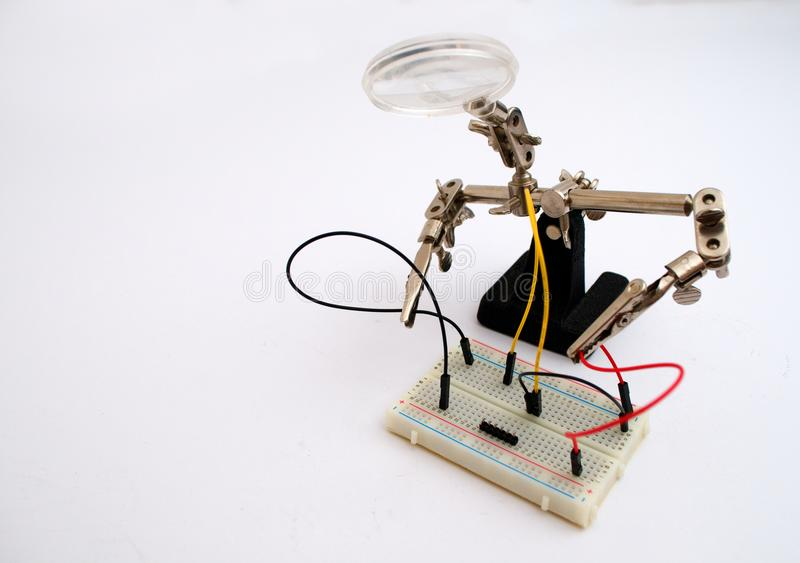 Robot dla połączenia druty na desce zdjęcie stock